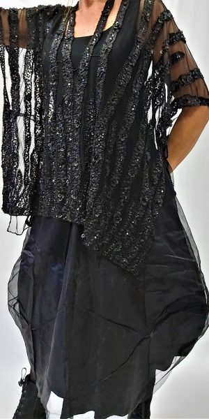luxe cape, speciaal design van sjàzz, iets bijzonders, zwarte cape,
