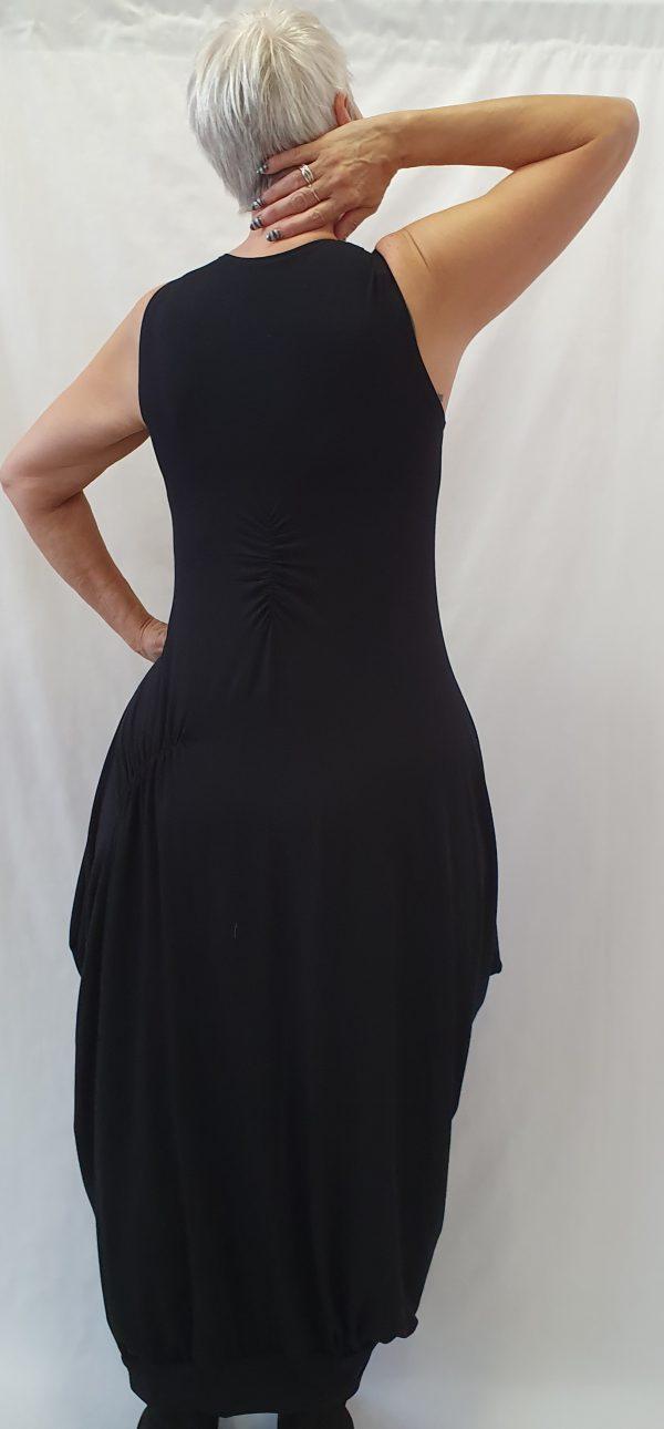 Zwarte basis jurk, sjazz ontwerp, aparte zwarte jurk, stoere zwarte jurk, zwarte lange jurk