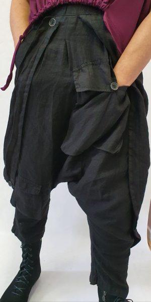 Aparte zouavebroek met veel extra details. Stoer en smaakvolle Italiaanse mode
