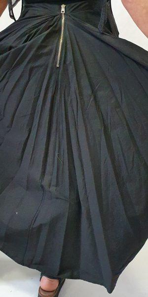 Bijzonder model zwarte katoenen rok van La Haine. Deze rok is voor kort en achter lang met erg leuke detail in het schootje en achterpand.
